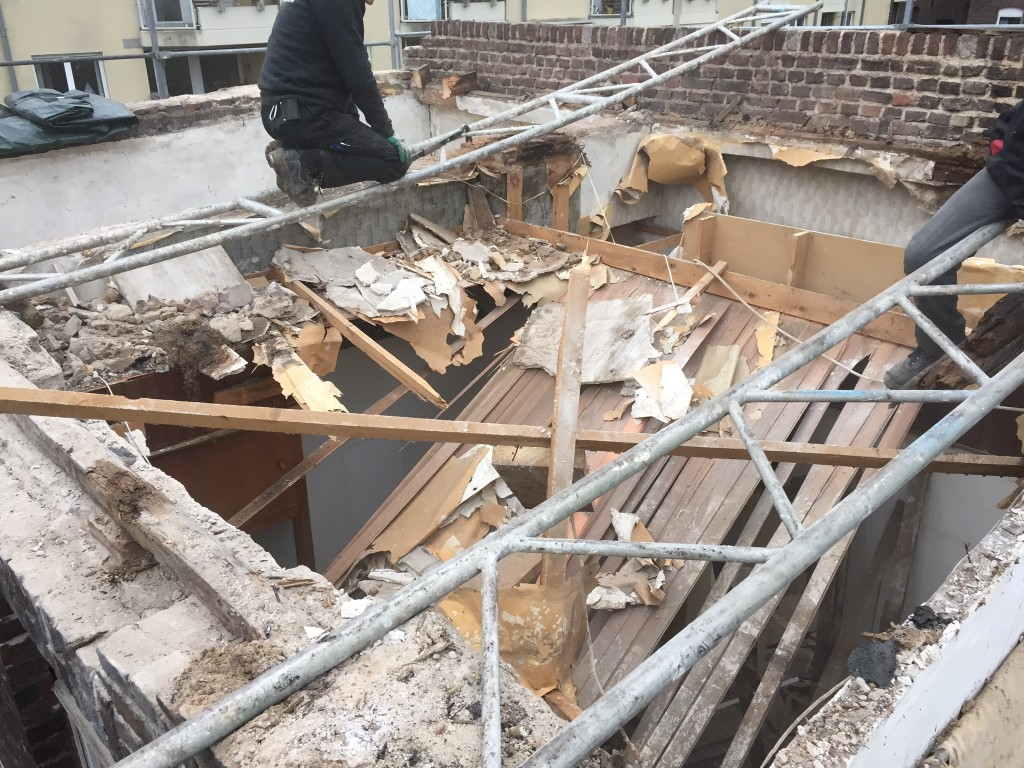 Abriss des Dachs unseres Backstein Hinterhauses