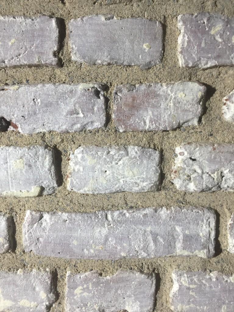 Verfugen einer Backsteinwand mit Kalkmörtel